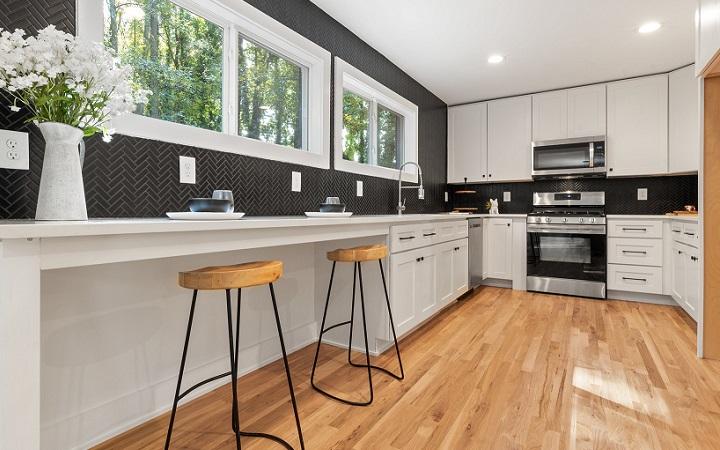 cocina-decorada-en-blanco-negro-y-madera