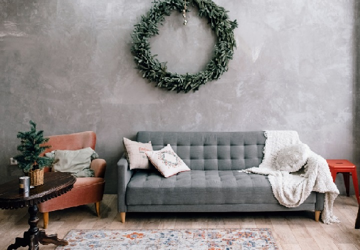 corona-de-navidad-detras-del-sofa