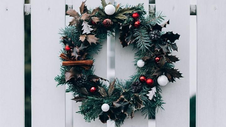 corona-de-navidad-en-acceso-al-jardin