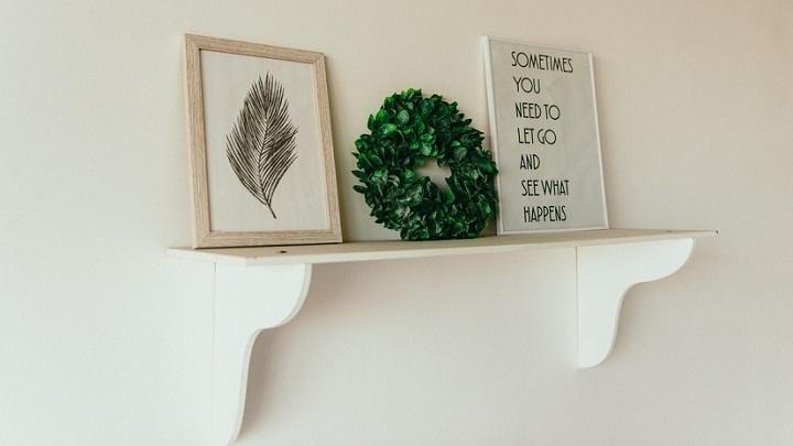 corona-de-navidad-en-estanteria