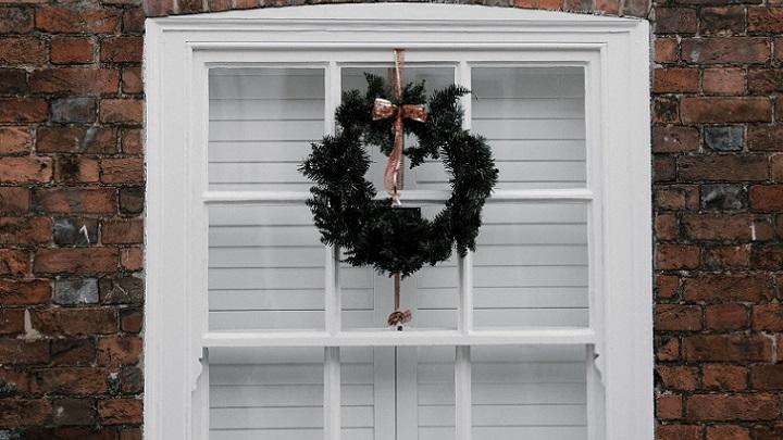 corona-de-navidad-en-la-ventana