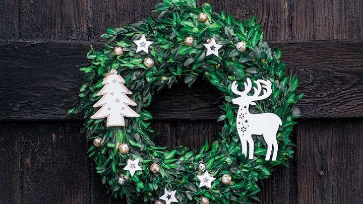 corona-de-navidad-en-puerta-de-madera