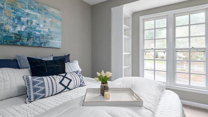 dormitorio-con-ventana-blanca