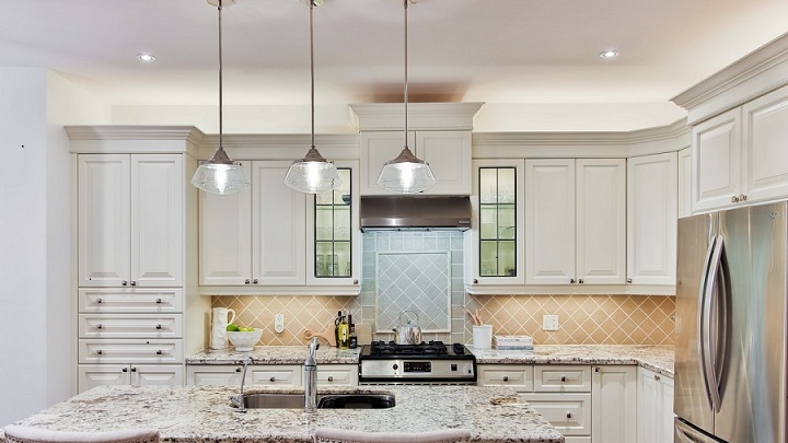 lamparas-colgantes-metalicas-en-isla-de-cocina