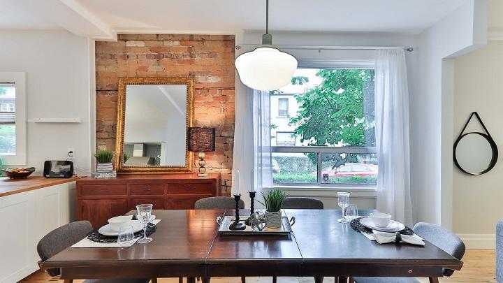 mesa-de-madera-en-comedor
