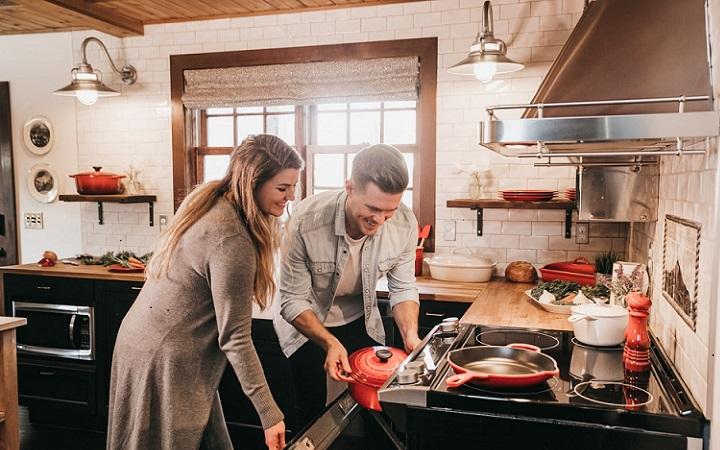 pareja-joven-en-cocina