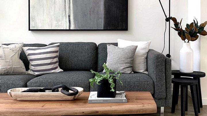 sofa-de-color-gris-junto-a-un-cuadro