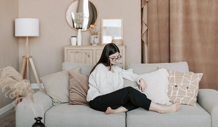 sofa-en-espacio-decorado-con-tonos-tierra