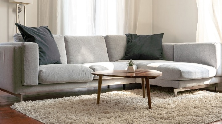 sofa-gris-con-alfombra