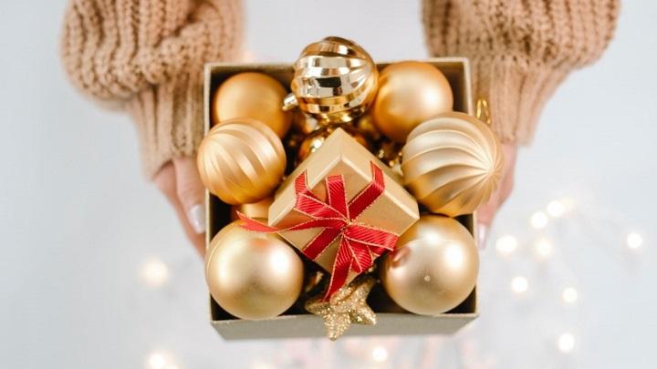 caja-navidena-con-adornos