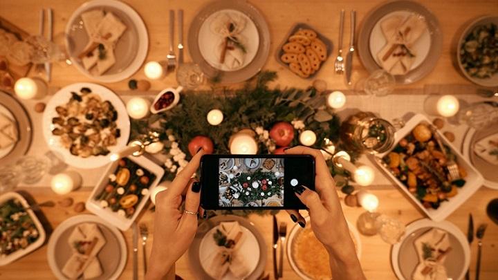 chica-fotografia-mesa-de-navidad
