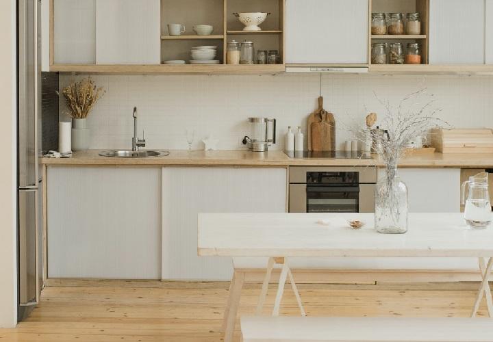 cocina-blanca-con-mesa-con-bancos