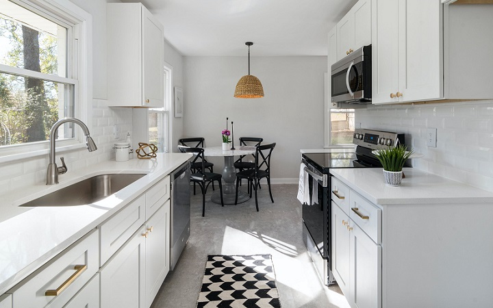 cocina-de-color-blanco-con-mesa-redonda
