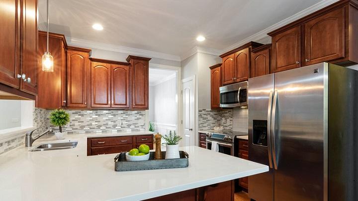 cocina-de-madera-con-encimera-blanca