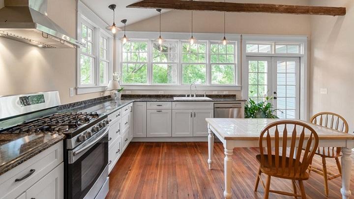 cocina-en-blanco-beige-y-madera