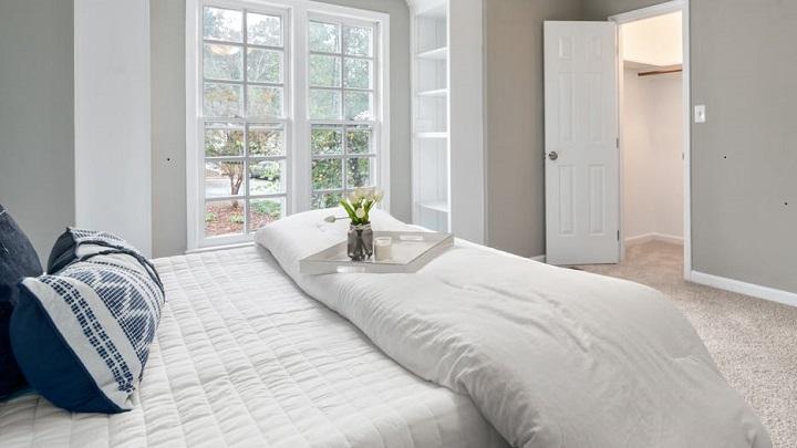 dormitorio-que-combina-blanco-gris-y-azul
