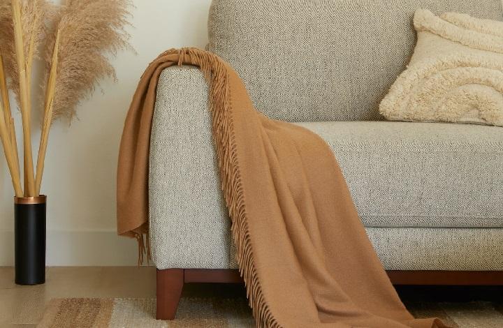 manta-marron-en-sofa