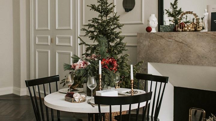 mesa-redonda-decorada-en-navidad