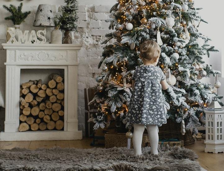 nino-cerca-de-arbol-de-navidad