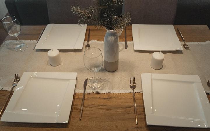 platos-cuadrados-en-la-mesa