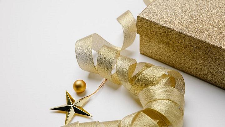 regalo-de-navidad-envuelto-en-papel-dorado