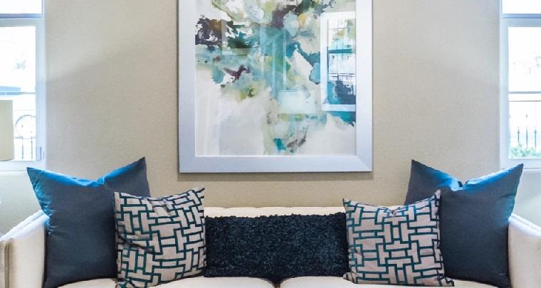 sofa-blanco-con-cojines-azules