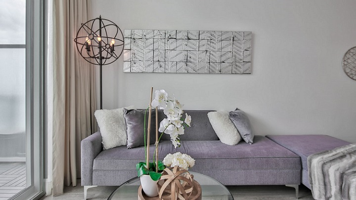 sofa-gris-junto-a-lampara