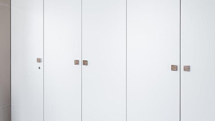 armario-con-puertas-de-color-blanco
