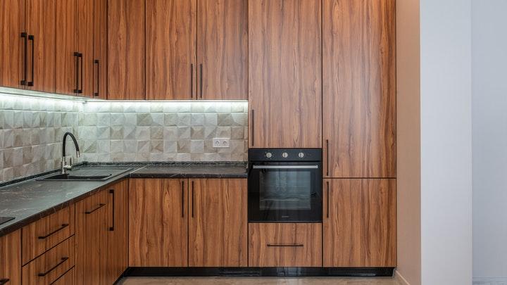 cocina-de-madera-con-tiradores-negros