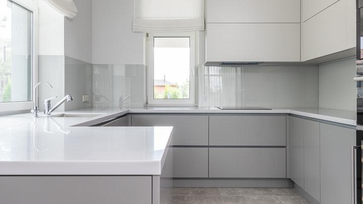 cocina-decorada-en-gris-y-blanco