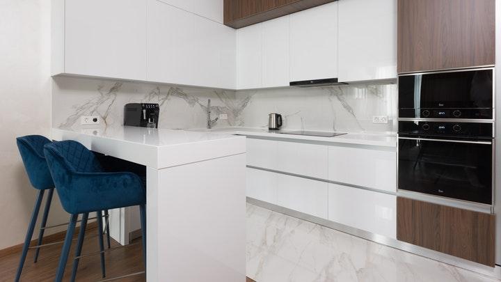 cocina-en-blanco-y-madera