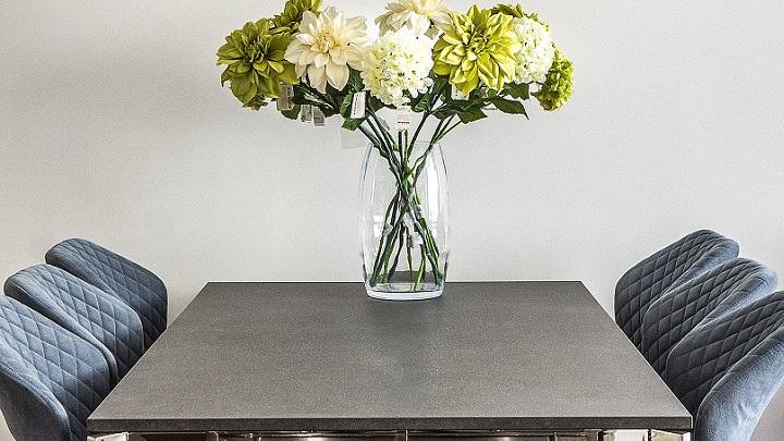 flores-en-mesa-de-la-cocina