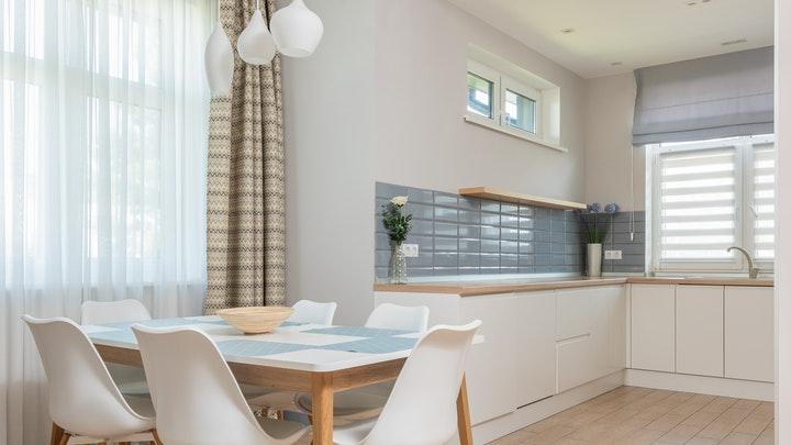 mesa-de-cocina-en-blanco-y-madera