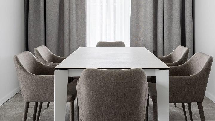 mesa-de-comedor-blanca-con-sillas-grises