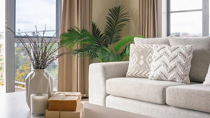 sofa-de-color-claro-en-salon