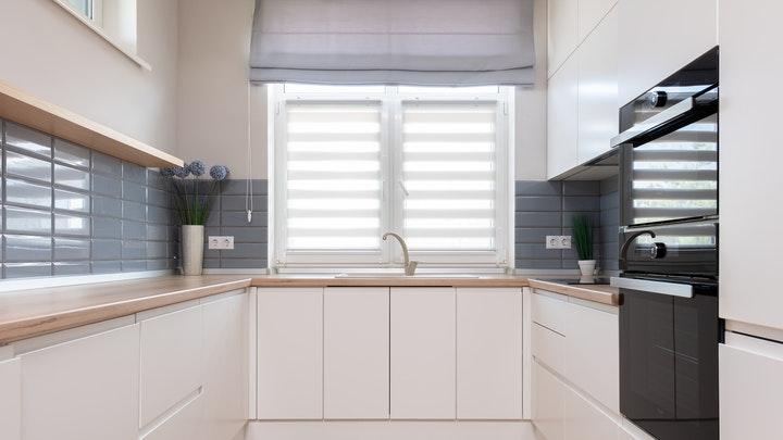 ventana-sobre-el-fregadero-de-la-cocina