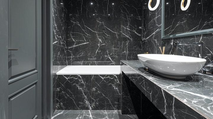 bano-con-paredes-de-marmol