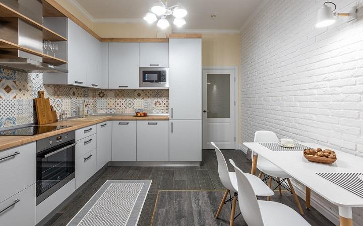 cocina-con-estantes-de-madera-abiertos