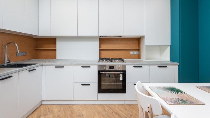 cocina-decorada-en-blanco-madera-y-azul