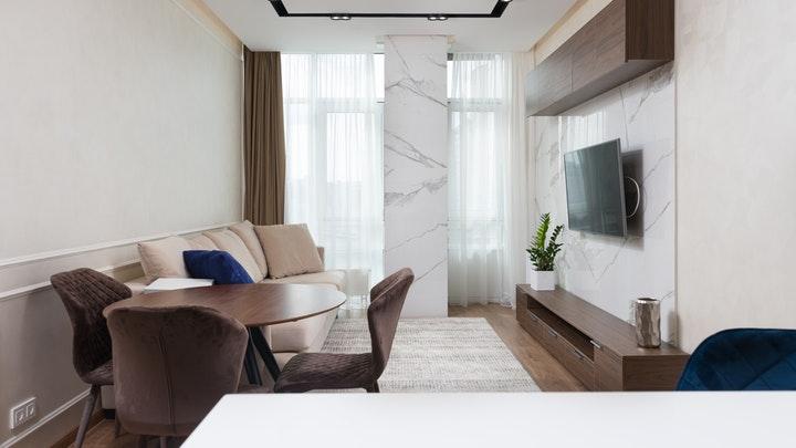 cuarto-estar-con-pared-de-marmol