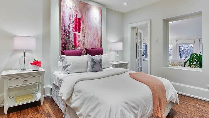 dormitorio-con-cuadro-rosa