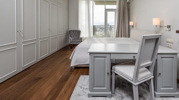 dormitorio-decorado-en-tonos-claros