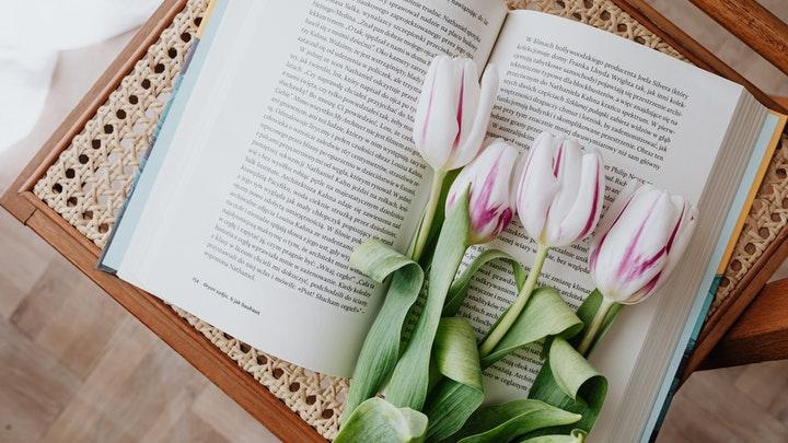 flores-encima-del-libro