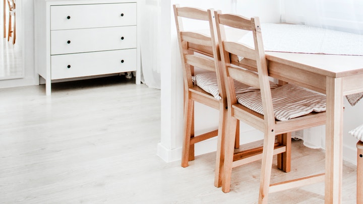mesa-de-madera-clara