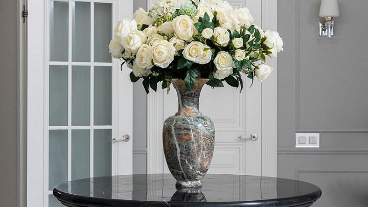ramo-de-flores-sobre-mesa