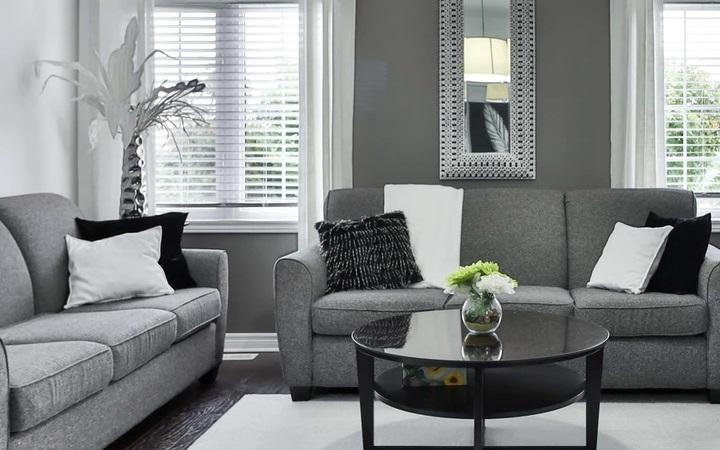 salon-decorado-en-gris