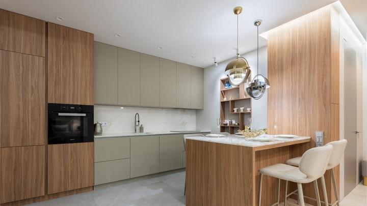 taburetes-altos-en-cocina-de-madera