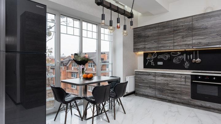 cocina-bonita-con-gran-ventanal
