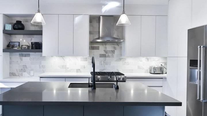 estantes-negros-en-cocina-blanca