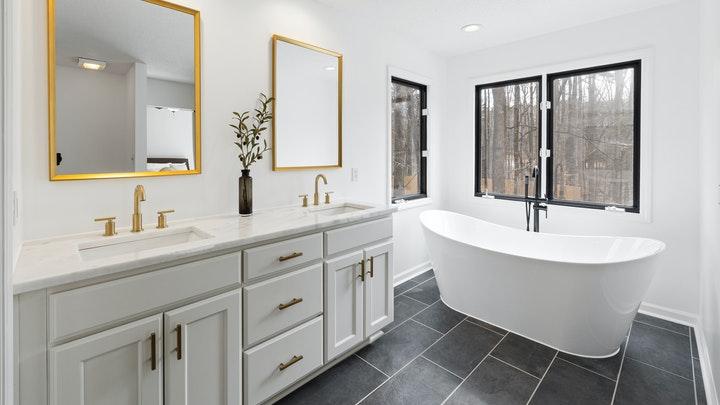 mueble-de-bano-con-espejo-dorado